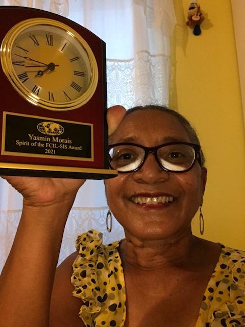 Yasmin Morais holds up her award